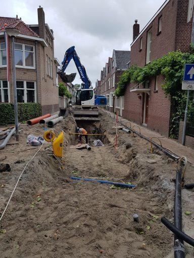 Het plaatsen van de nieuwe riolering in de Julianastraat