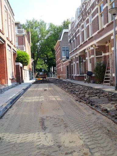 Het aanleggen van het straatwerk in de Hofdijkstraat